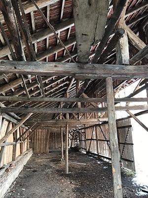 Gut Freiham Wirtschaft und Wohnungen Bild Holzscheune innen Dach