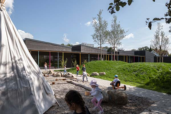 Haus für Kinder Kindergarten Neuburg Aussenbereich Sandkasten